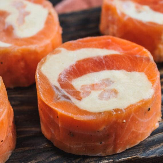 Рулеты из сёмги с сыром и северными креветками